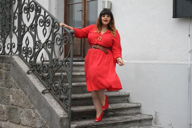 Quelle couleur de chaussure mettre avec robe rouge